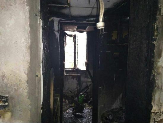 郑州女孩在客厅充电引燃沙发罩 家中被烧成一片废墟