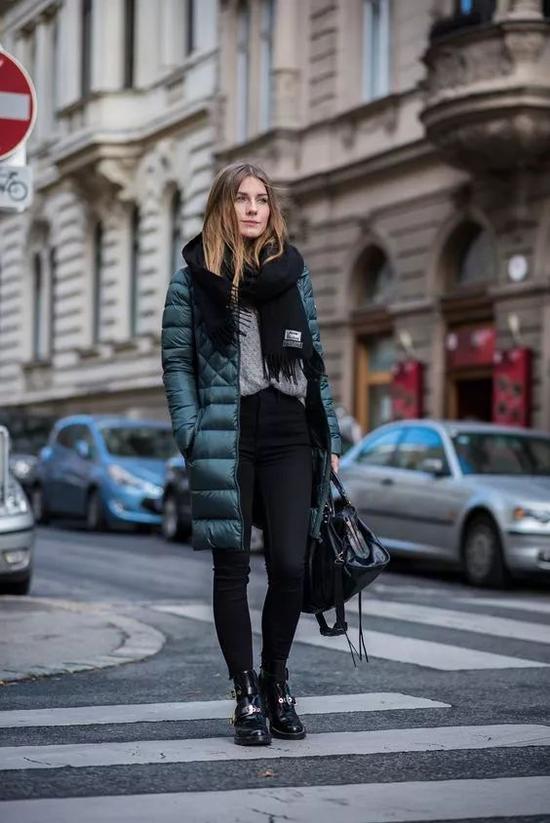 羽绒服搭紧身皮裤,是很多时尚达人超模最爱的搭配组合,整个人看起来酷酷的。
