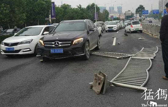 郑州电动四轮快车道失控 撞飞20多米护栏又