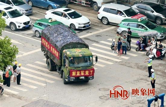 万众一心 加油河南!行人和车辆主动为解放军车队让出通道