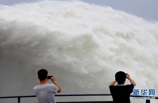 7月3日,游客在黄河小浪底水库参观。