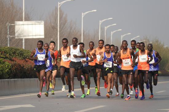 作者:韵动中国·2018君乐宝郑开国际马拉松赛注册大学生记者 范为