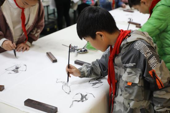绘画组选手用缤纷的色彩描绘他们眼中五彩斑斓的世界