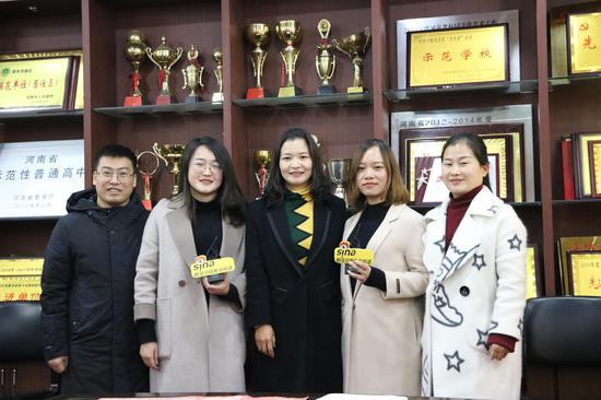 《新密古城文化》研学旅行课程组成员宋俊涛、屈玉君、杨梅、朱菲菲、郭玉娟老师(从左至右)(摄像贺莹莹)