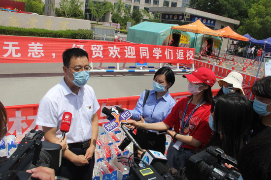 河南经贸职业学院党委书记姚勇接受媒体采访