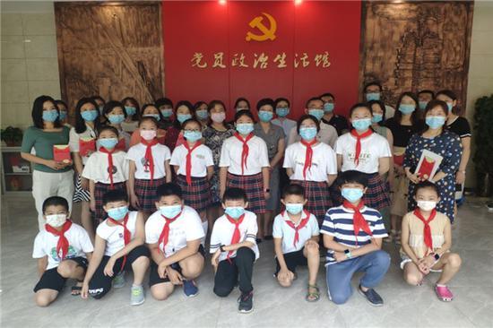 郑州铭功路小学党团员教师、少先队员代表参观二七区党员政治生活馆