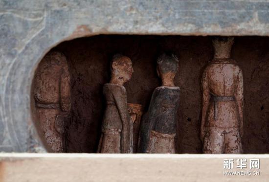 这是石棺床下的瓷俑(2020年12月24日摄)。新华社记者 李安 摄