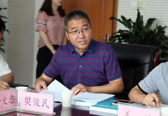 市现代教育信息技术中心主任助理樊俊民汇报