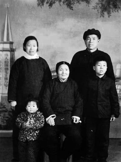 王怀民的妻子年幼时和父母拍的全家福