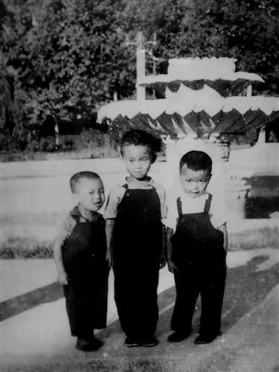1970年夏,王怀民(右)和邻家两兄弟在人民公园莲花池留影