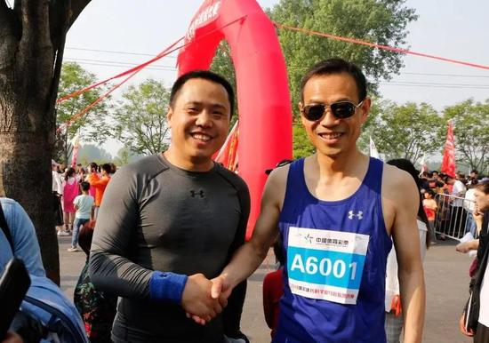 长垣县县长秦保建在迷你马拉松赛上与卫华集团董事长韩红安合影