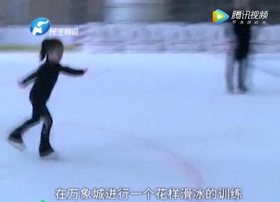 郑州7岁女童正上滑冰课!下一秒意外发生母亲吓懵