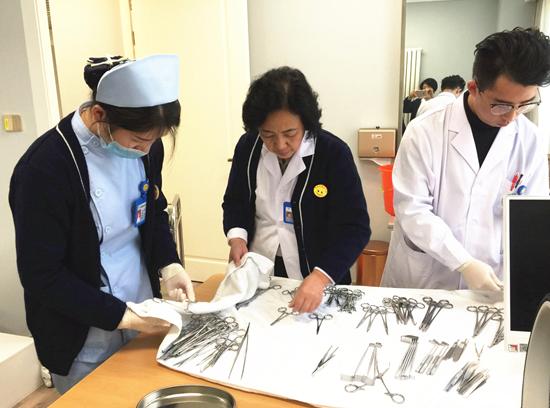 天润国际医学中心医护人员在做手术前准备