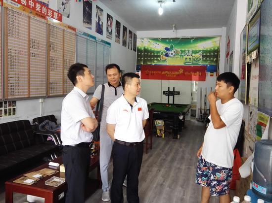 河南省体育局副局长、党组成员黄家明(左二)在体彩411426071网点调研销售情况