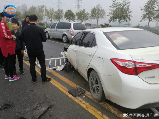 郑州一私家车将护栏撞断十余米 司机称疑似前轮爆胎引发事故