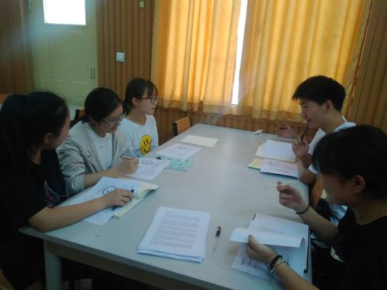 团队成员相互沟通讨论