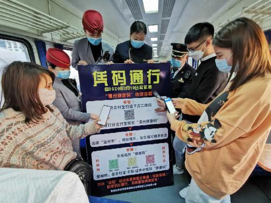 郑州客运段列车上便民服务方便旅