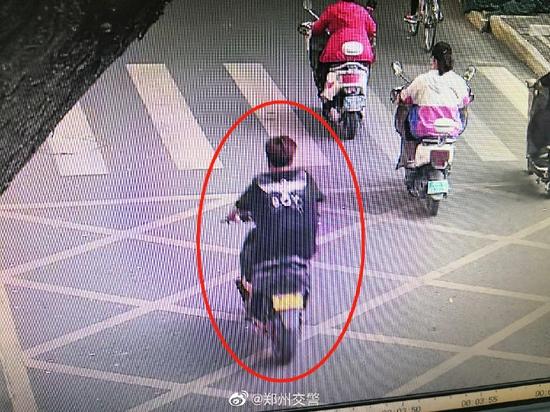 郑州男子骑车撞两女子逃逸 警方公开征集线索