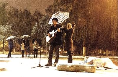 雪夜郑大新校区的这一幕是不是也温暖了你?