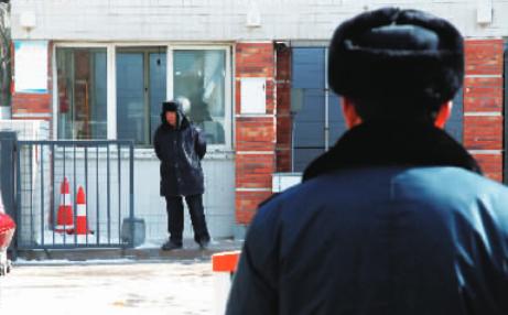 小区门口同时出现两家物业公司派来的保安