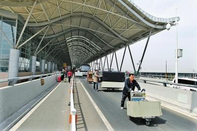 工作人员将办公用具搬离T1航站楼