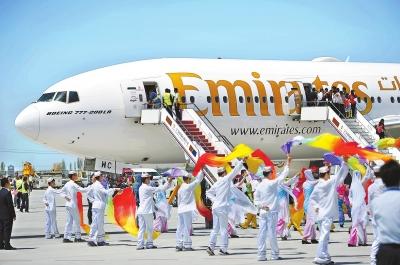 5月3日,在银川河东国际机场,群众载歌载舞迎来宾。 新华社发