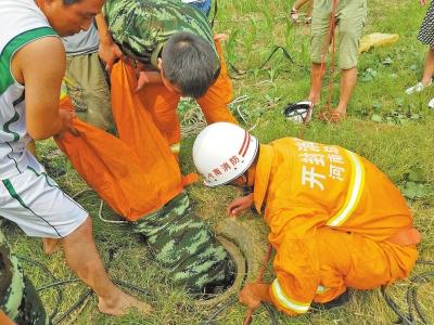 消防战士头朝下进入井中救人
