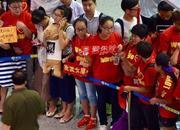 中国女排凯旋接机粉丝举牌:朱婷我还单身