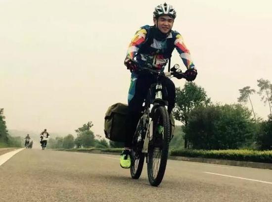 """王创世,朋友们都称其""""小王子"""",今年24岁,在平煤神马集团上班,家住新华区矿工路街道培新街社区培新花园小区。10月11日,记者相约与他见了面。虽然骑行去西藏的事情已经过去了大半个月,但直到现在,他的朋友圈里,仍不时有朋友在转发他去西藏的照片。"""