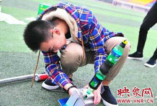 郑州高中生做高中用水让饮料瓶上了天同学鸡看火箭男互图片