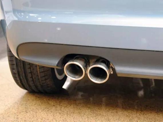 汽车排气管出水不是好现象-排气管滴水并不是好现象 大部分司机错了高清图片