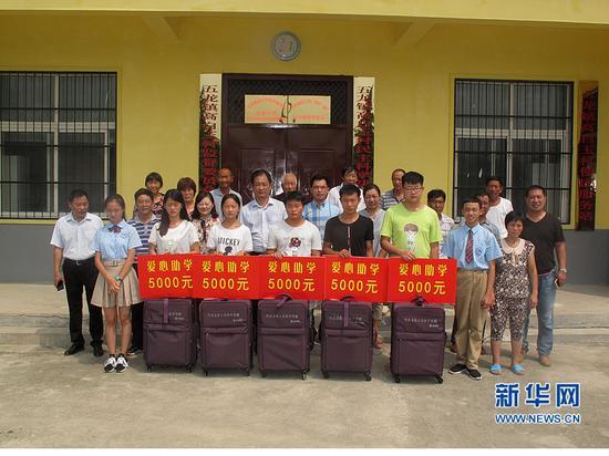社会爱心人士为高白玉村村内高考二本以上的孩子捐善款5000元/人。