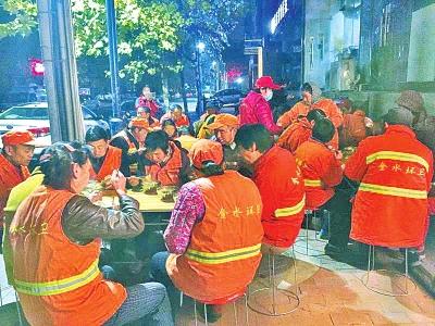 早上六点钟,经一路丰产路附近的爱心粥屋门口,几十位环卫工师傅等待吃早餐。