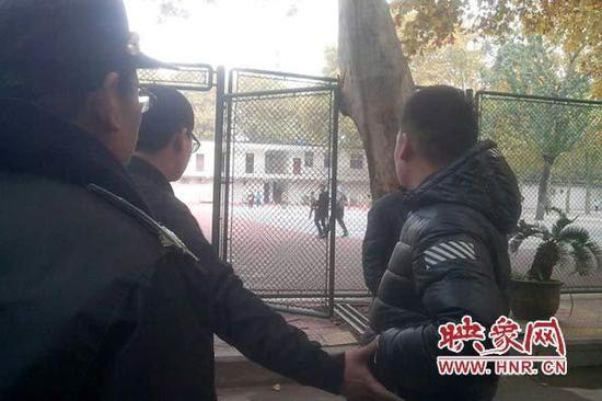 郑大附中校门口一家长堵截学生 为给弟弟出气