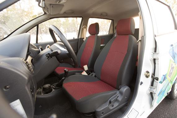 红黑双色织物座椅柔软有弹性,靠背支撑性不错。