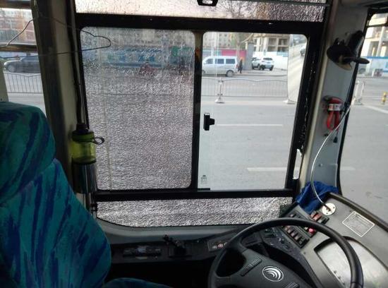 郑州宝马车逼停公交车 司机持棍砸公交玻璃