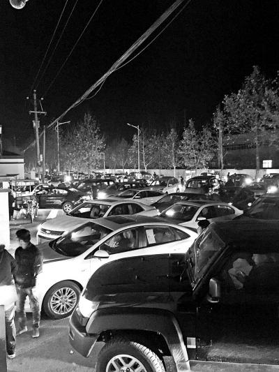 凌晨5时40分,车管所大门关闭后,没有进入的车辆依然选择排队。