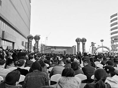 2月27日上午,郑州批发市场转型升级展示暨百荣国际鞋城试营业活动在京广路南四环百荣世贸商城盛大举行.