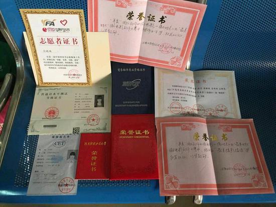 郑州女大学生抱着一堆证书去面试 心急下车全