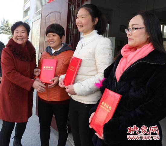 """阳光社区主任邹克芝(左一)为3名""""好媳妇""""颁发荣誉证书"""