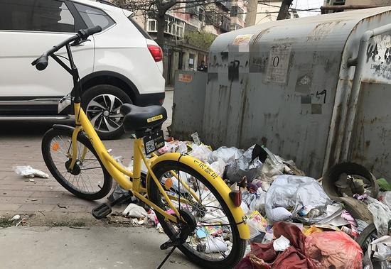 郑州共享单车频繁进小区 有的被扔在垃圾箱