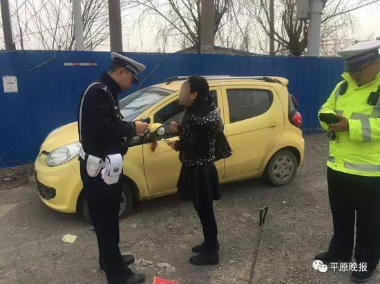 女司机接受民警检查