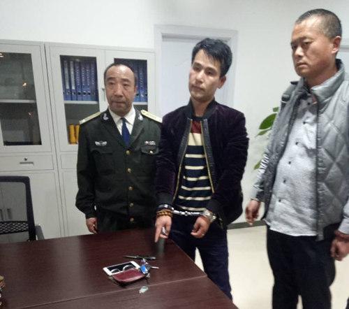 男子郑州商场盗窃被追 逃到正军训的巡防队员前被擒