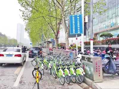 停车位收费,共享单车只好停在非机动车道上。