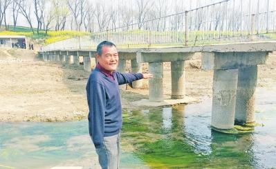 弯新民说,看着这座桥能让两岸的村民畅通无阻,心里非常舒坦。