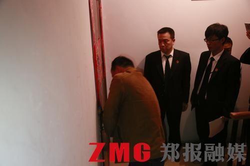 郑州法官凌晨1点突击抓老赖 对方拒不开门僵持2小时