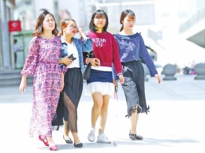 逼近30℃的高温,和遍街的短袖和长裙很配。 记者白周峰摄影