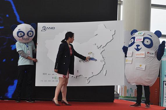 盼达用车CEO高钰博士将盼达用车模型置于郑州版图