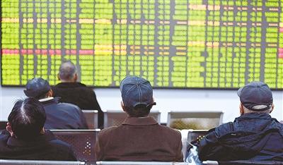 股民在一证券交易所关注股市行情