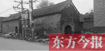 """豫北地区某村,曾是2013年""""美丽乡村""""建设示范项目,如今该村村委会门口堆满垃圾"""